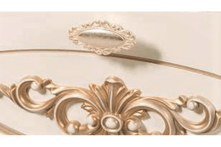 Зеркало в раме над столиком АМЕЛИ